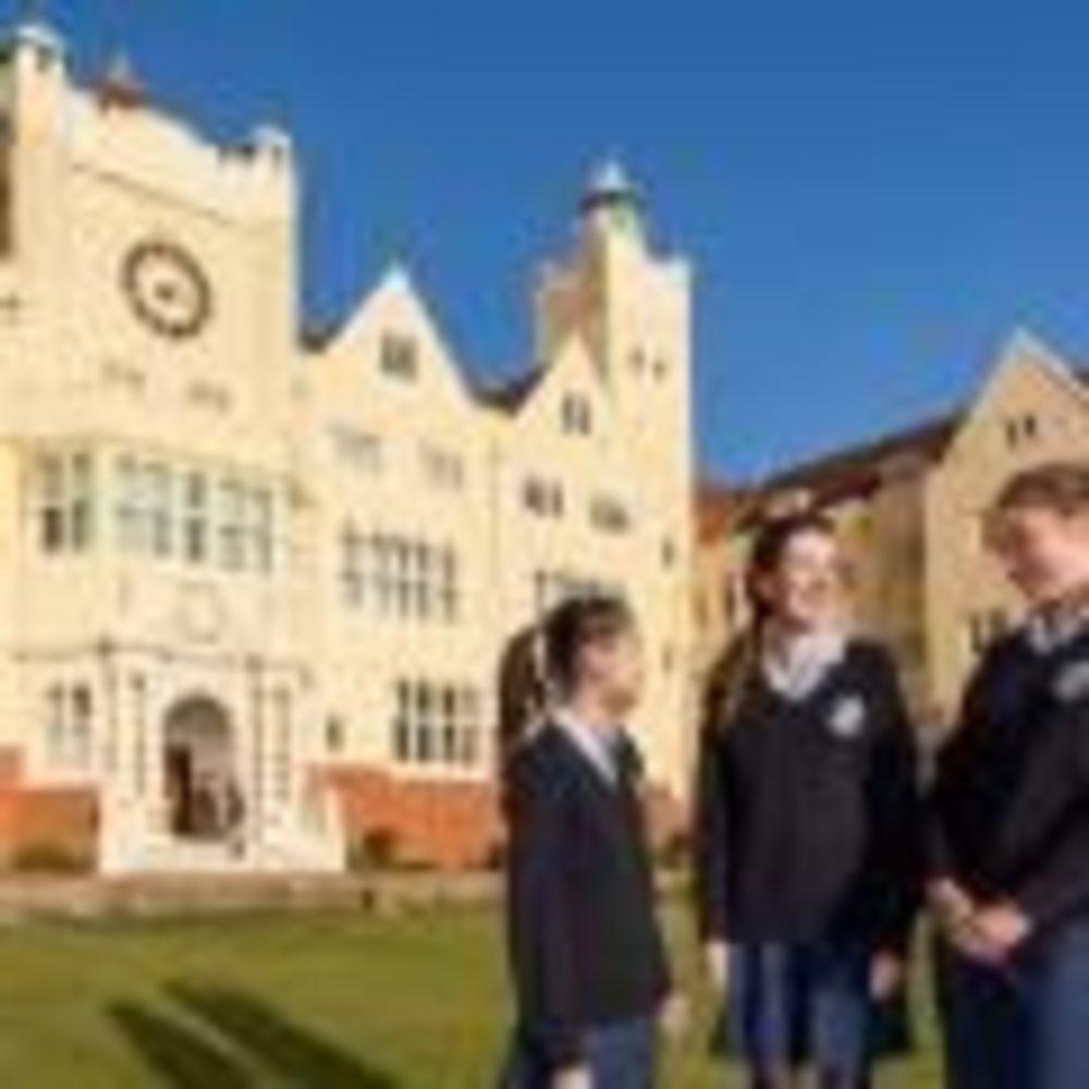 ученики на территории школы Roedean School