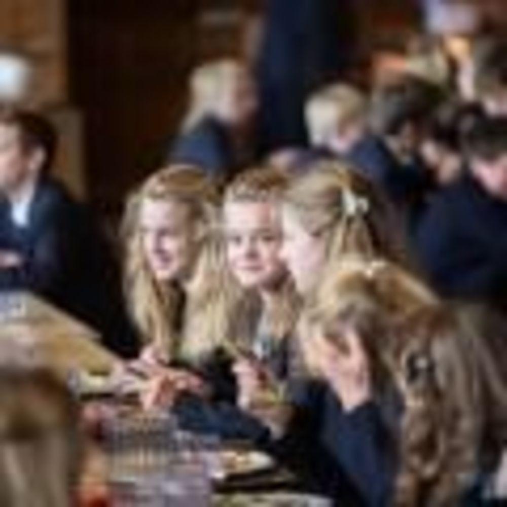 ученики обедают в столовой Glenalmond College