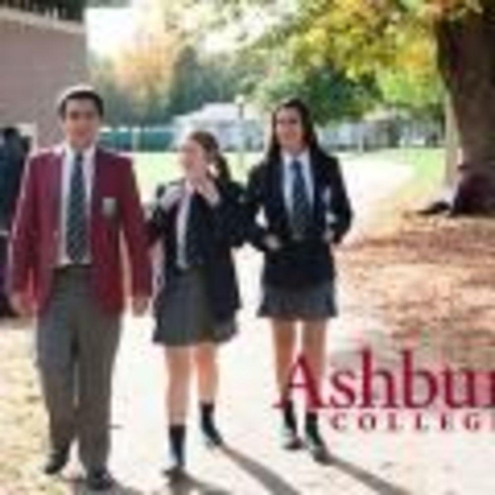 ученики во дворе школы Ashbury College
