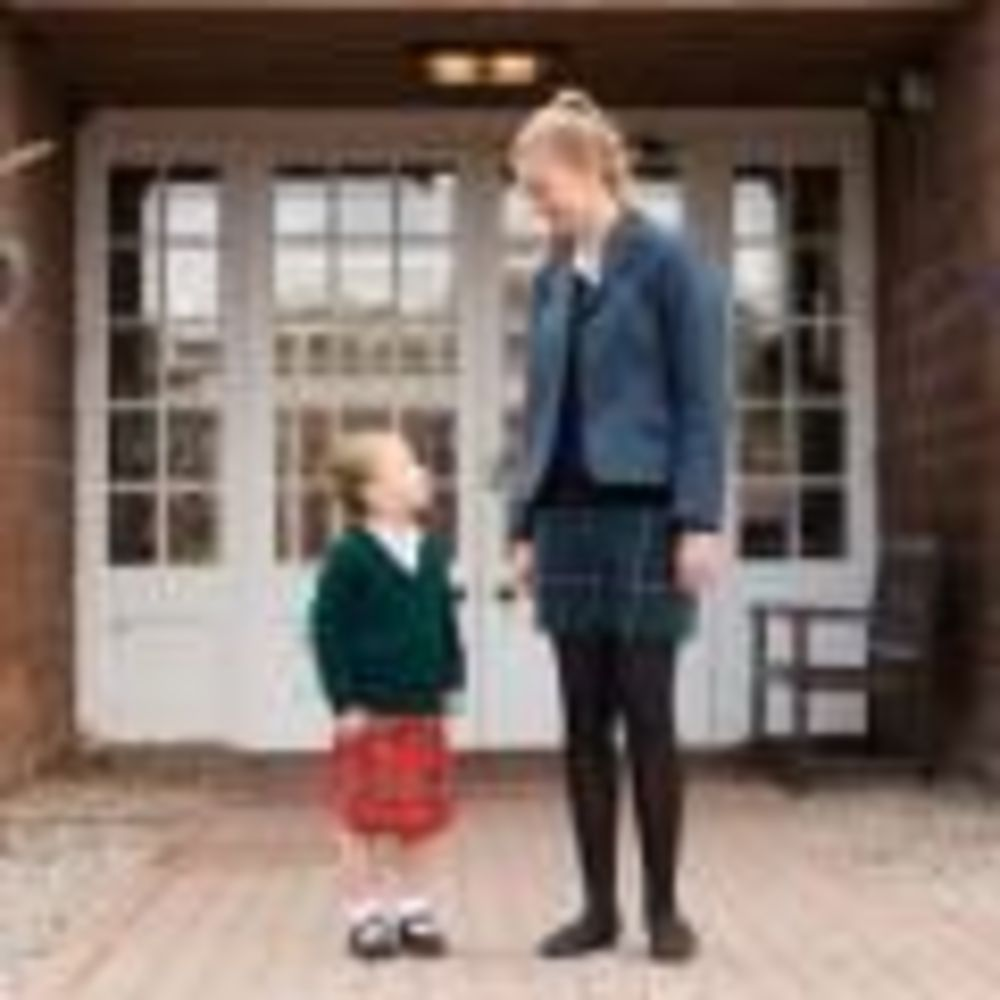ученицы Kilgraston School стоят у входа в школу