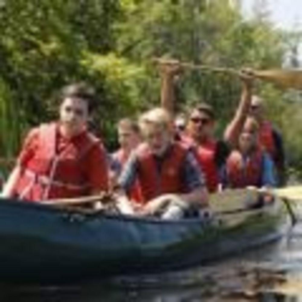 дети на лодке в лагере CISS на базе University of Toronto Trinity College
