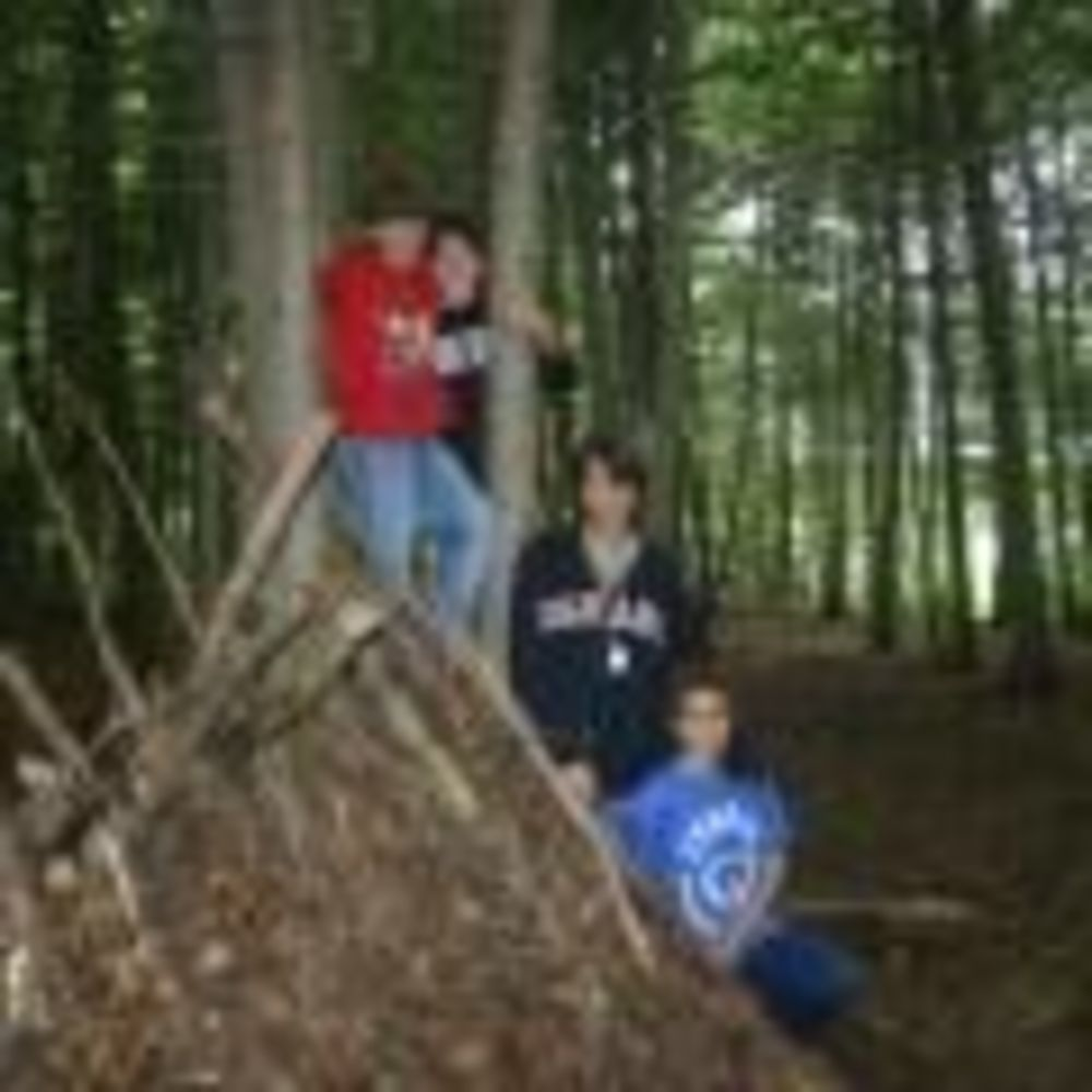 участники лагеря CISS Lakefield College School на прогулке