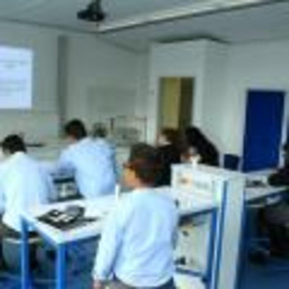 занятия по химии в школе St. George's School Cologne