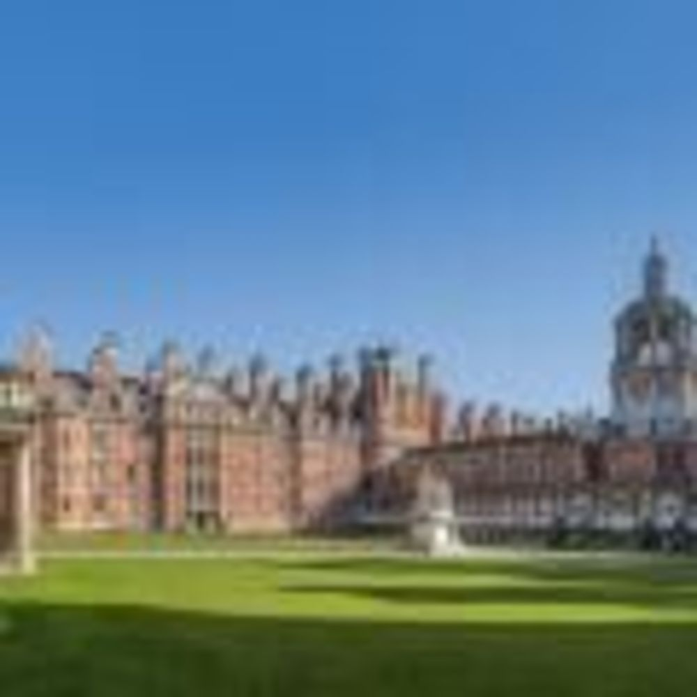 Внутренний двор Royal Holloway University